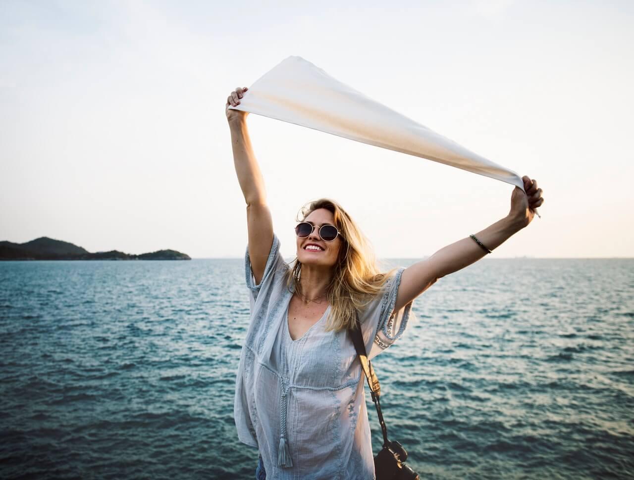 γυναίκα κρατά μαντίλι ψηλά στον αέρα