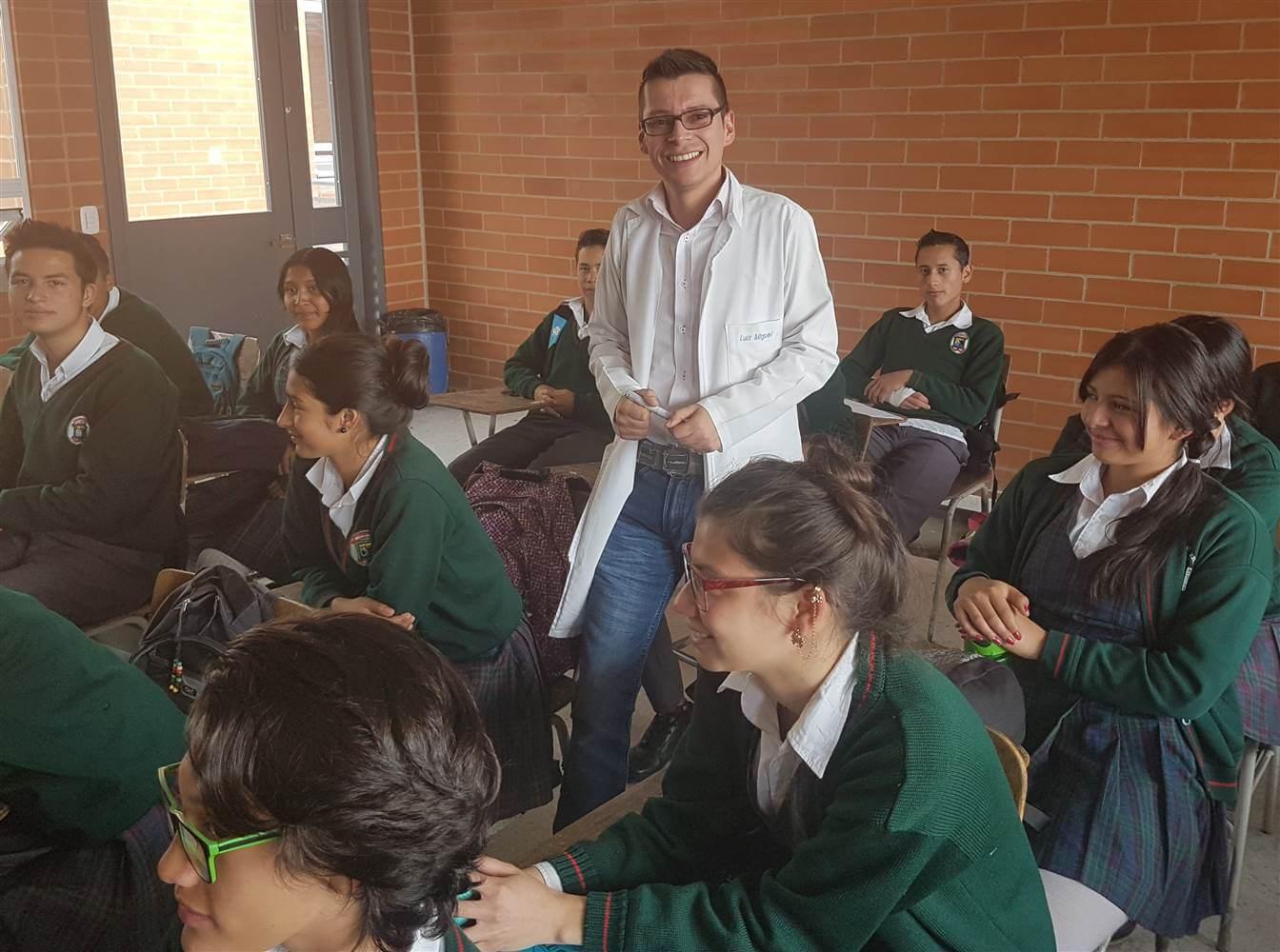 καθηγητής ανάμεσα σε μαθητές