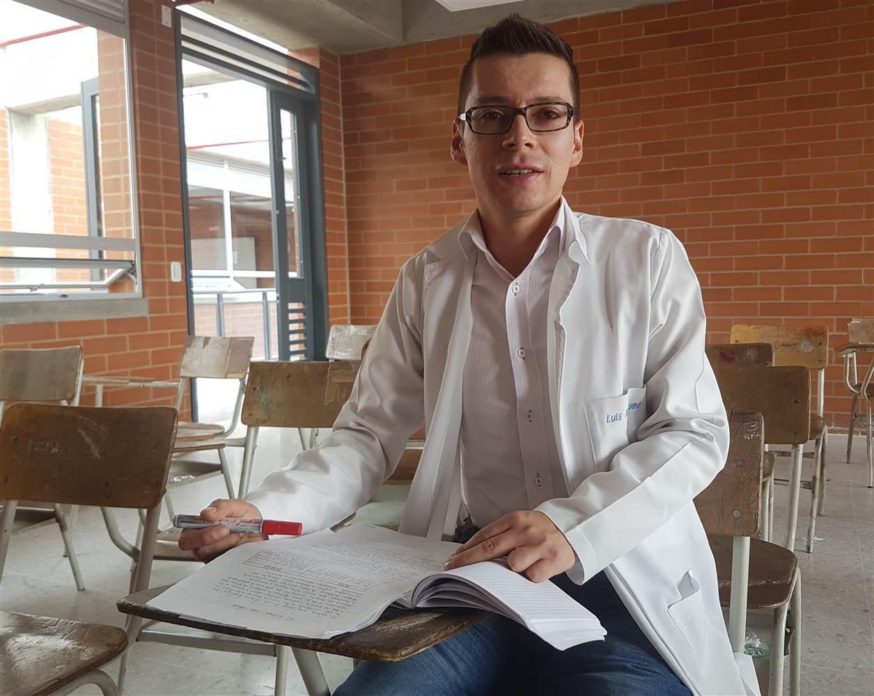 Λουίς Μιγκουέλ Μπερμούντες καθιστός σε τάξη