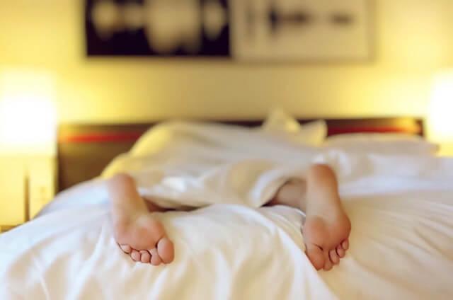 άντρας στο κρεβάτι