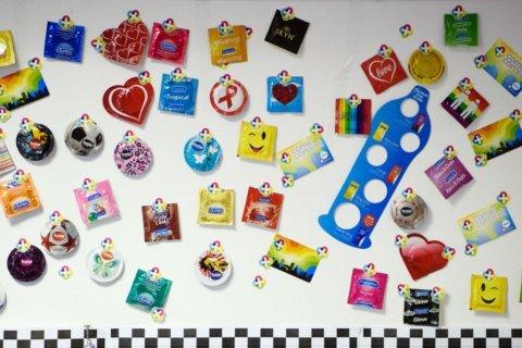 κολάζ προφυλακτικών σε τοίχο
