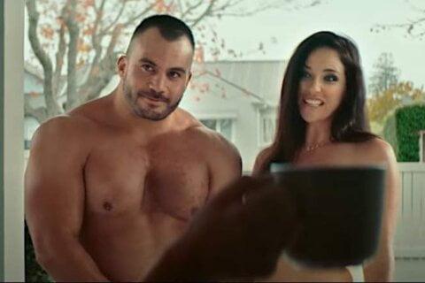 άντρας και γυναίκα γυμνοί στην εξώπορτα